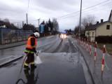 Utrudnienia na DK 75 w Jurkowie. Obornik wysypał się na drogę z ciężarówki, wprowadzono ruch wahadłowy [ZDJĘCIA]
