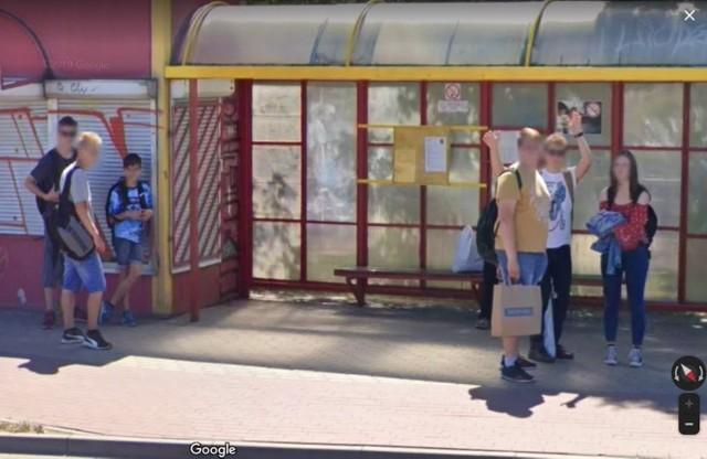Wybraliśmy się na wirtualny spacer po Inowrocławiu i zebraliśmy zdjęcia osób czekających na przystankach. Zobaczcie zdjęcia >>>>