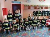 """Uczniowie """"Piątki"""" z wizytą u strażaków. Dzieci w rolach małych druhów [ZDJĘCIA]"""