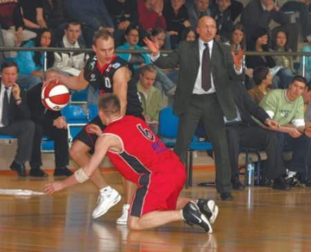 Łukasz Adamczyk z MMKS-u (w czerwonym stroju) toczy zacięty bój o piłkę z Michałem Nowakowskim.