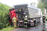 Ciężarówka wjechała do rowu pod Łasinem