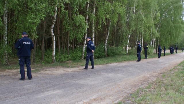 71-letni mieszkaniec gminy Warta zaginął podczas grzybobrania. W poszukiwania zaangażowali się policjanci, strażacy oraz mieszkańcy.