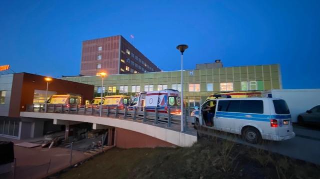 Przed Szpitalnym Oddziałem Ratunkowym w Gorzowie ustawiają się długie kolejki karetek z pacjentami.