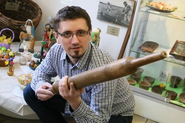 Łukasz Bednaruk prezentuje zabytkową śmigusówkę.