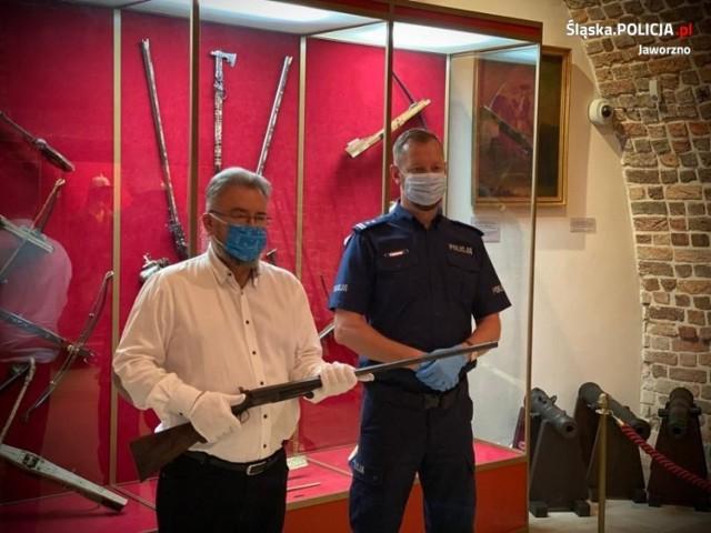 Mieszkaniec Jaworzna odnalazł podczas remontu broń ukrytą w ścianie. Po dwóch latach strzelba trafiła do Muzeum Zamkowego w Pszczynie.   Zobacz kolejne zdjęcia. Przesuń zdjęcia w prawo - wciśnij strzałkę lub przycisk NASTĘPNE