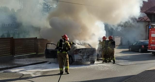Jeden z pojazdów spłonął niemal doszczętnie, drugi również został poważnie uszkodzony