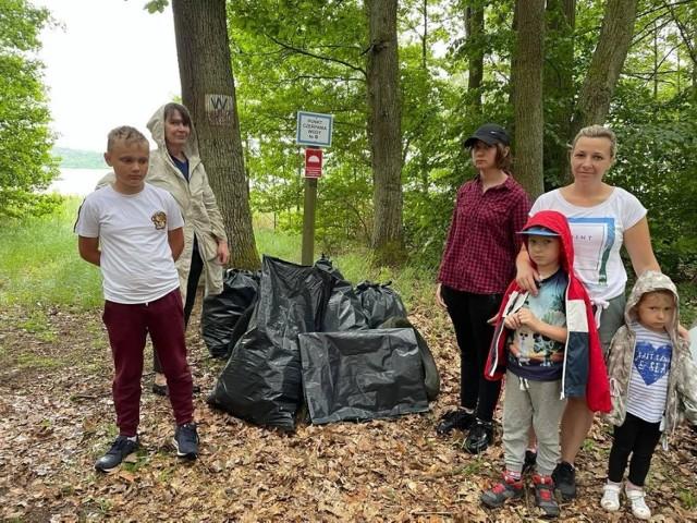 Uczestnicy wspaniałej akcji: Olivier, Amelka, Paulina Benklewska oraz Adaś i Ania. W tle organizatorka akcji Irena Buzarewicz.