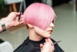 Farbowane włosy na lato. Kolor w tym wydaniu wygląda olśniewająco. Modne fryzury na wakacje