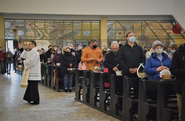 Święcenie pokarmów w kościołach w Bełchatowie.