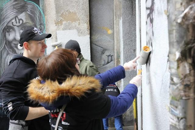 Tym razem w akcję włączyło sięokoło 20 osób. Pogromcy w czasie akcji pomalowali mur na ul. Kopernika, kamienice na ul. Kupieckiej, przejście pomiędzy Kupiecką i galerią handlową i parę budynków poza starówką, które też tego pilnie potrzebowały.