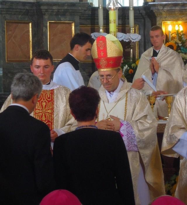 Kolizja w Panasówce: biskup Marian Rojek uderzył w powalone drzewo