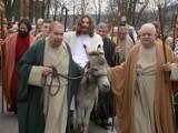 Tłumy wiernych towarzyszyły Jezusowi podczas wjazdu na osiołku do kalwaryjskiej Jerozolimy