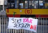 """Banery na Dzień Kobiet nad Trasą Łazienkowską. """"Zamiast kwiatów pełne prawa"""" i """"Kobiety do polityki"""""""