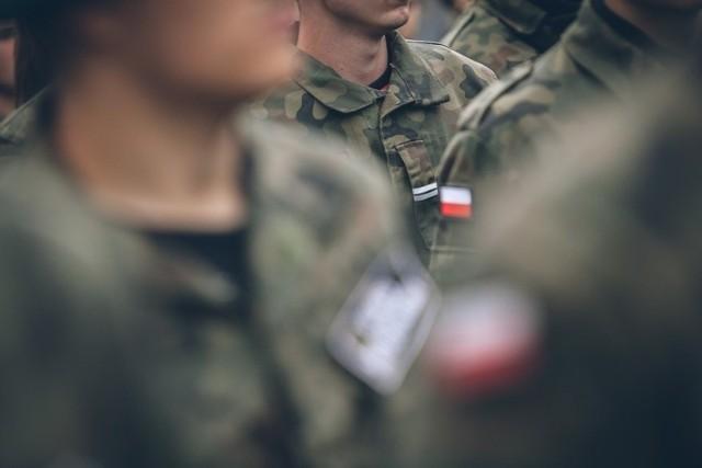 Żołnierz usłyszał 8 zarzutów. m.in. usiłowania kradzieży z włamaniem (grozi za to od roku do 10 lat więzienia) oraz oszustwa.