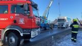 W Ostrówku wywróciła się ciężarówka. Utrudnienia trwały całą noc ZDJĘCIA