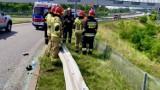 Wypadek przy zjeździe z DTŚ w Gliwicach. Samochód spadł ze skarpy i koziołkując wpadł do stawu [WIDEO]