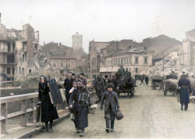 Komputerowo pokolorowane zdjęcia Przemyśla z okresu II wojny światowej.