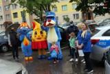 Żory: Urodzinowa niespodzianka dla 8-latki w kwarantannie. Wielkie maskotki i goście przed blokiem