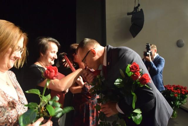 Prezydent Sieradza nagrodził nauczycieli. Oto oni. Uroczystość w Teatrze Miejskim