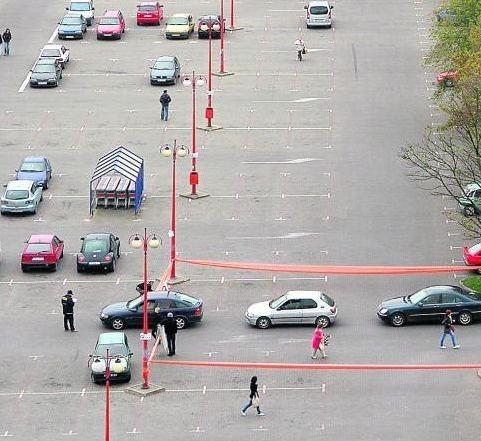 Wprowadzenie opłat za parkowanie spowodowało, że parking przed marketem stał pusty