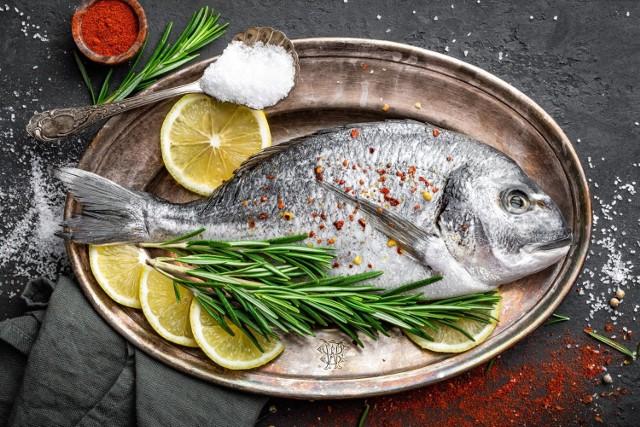 """WWF (Światowy Fundusz na Rzecz Przyrody) i Greenpeace to międzynarodowe organizacje pozarządowe, których misją jest wspieranie bioróżnorodności środowiska i podejmowanie działań na rzecz ochrony środowiska naturalnego. Wydając bezpłatne poradniki w formie pdf. (np. """"Jaka ryba na obiad? – WWF; """"Czerwona lista gatunków morskich"""" – Greenpeace) starają się poszerzyć wiedzę konsumentów, zwiększyć świadomość  i zachęcić do zrównoważonej, niezagrażającej ekologii i zdrowiu konsumpcji ryb.   Zgodnie z obecnym stanem wiedzy większość gatunków ryb jest poprzeławiana, a wiele ze stosowanych form połowu ryb (m.in. trałowanie denne za pomocą włoków i włoków dennych) nie jest zgodna z zasadami zrównoważonego połowu i rybołówstwa, gdyż zagraża innym organizmom morskim.   Przedstawiamy kompletny poradnik, z którego dowiesz się jakich informacji oczekiwać od sprzedawcy lub szukać na opakowaniu produktu, a także jakie gatunki ryb nie są polecane, a które warto kupować."""