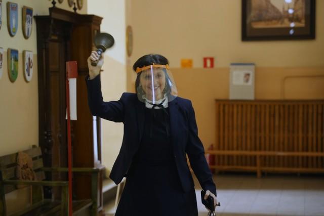 Maturzyści I LO z Legnicy rozpoczęli odbierać swoje świadectwa. Na zdjęciu Dyrektor Halina Tamioła.