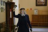 Maturzyści I LO z Legnicy rozpoczęli odbierać swoje świadectwa [ZDJĘCIA]