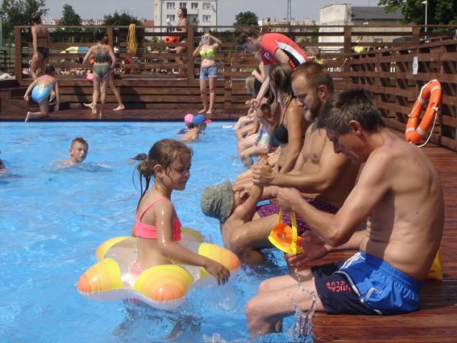 Tak wyglądał pierwszy dzień na nowo otwartym basenie w Grodkowie.