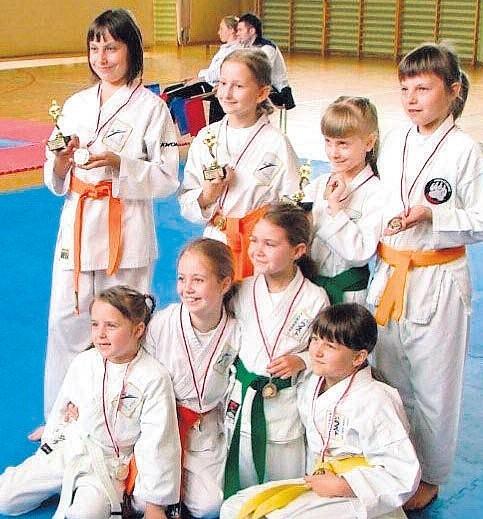 Młodzi zawodnicy z medalami.