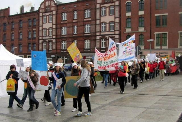 Pochód młodzieży skandującej hasła wzywające ku poszanowaniu żywności. Fot. Adam K. Podgórski