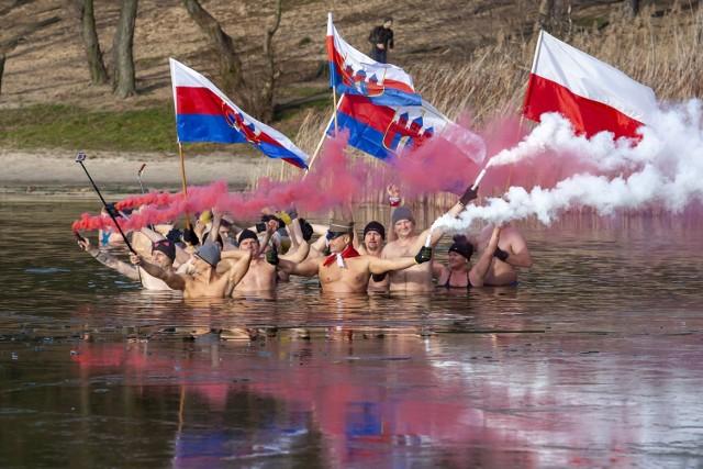 Morsy z Bydgoszczy uczciły 100-lecie powrotu miasta do macierzy. Amatorzy zimnych kąpieli spotkali się na plaży w Pieckach. Morsy kąpały się dzierżąc w dłoniach flagi Bydgoszczy. Były też odpalone race.   Na kolejnych stronach zdjęcia z imprezy