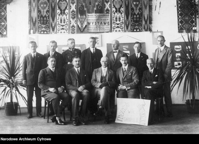 Wojewódzkie Towarzystwo Turystyczno - Krajoznawcze w Tarnopolu. Fotografia grupowa członków towarzystwa w 1927 roku.