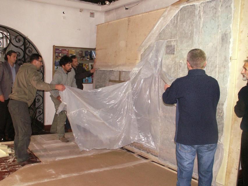 Prace konserwatorskie nad malowidłem ściennym w Muzeum Historii Włocławka