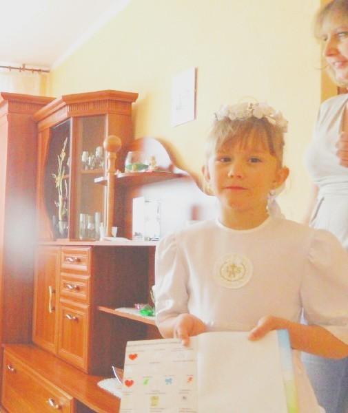 Olivia pokazuje modlitwy, które musiała zdać przed przystąpieniem do komunii