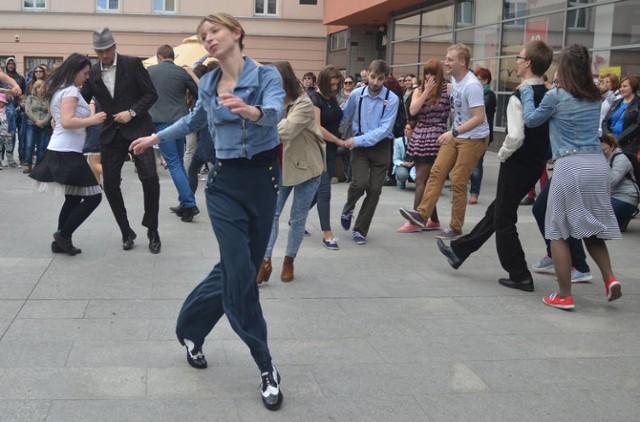 W niedzielę na ulicy Piotrkowskiej zabrzmi muzyka swingowa! Zespół Sweet&Hot Jazzband już po raz czwarty pokaże wraz z tancerzami, co działo się w muzyce i modzie w latach 50. i przywróci na moment atmosferę dawnej Piotrkowskiej, kiedy to na każdym rogu głównej ulicy można było usłyszeć muzykę jazzową.    Swingowy Spacer ma formę parady, zatrzymującej się w kilku punktach, do której każdy może dołączyć. Zespół Sweet & Hot Jazzband przejeżdża zabytkowym samochodem przez ul. Piotrkowską, grając na żywo. Do tańca zachęcają ubrani w klimacie ameryki lat 30. tancerze ze Swing Załogi.    Spacer zaczyna się o godz.12 w Pasażu Schillera. Do Placu Wolności jazzband przejedzie zabytkowym Citroenem R23U.  W trakcie przemarszu uczestnicy zatrzymają się w kilku wybranych miejscach, m.in. przy Pomniku Misia Uszatka (Piotrkowska 87). Przy pl. Wolności Jazzband zagra na finał po raz ostatni zagra swinga i ok. 15 pozuje do pamiątkowego zdjęcia ze wszystkimi uczestnikami parady.  Jeśli ktoś chce wprawić się przed Spacerem i nauczyć podstawowych kroków lindy hopa, ma ku temu szansę w sobotę, 26 maja, czyli w przeddzień wydarzenia. O 19 zaczyna się Potańcówka Swingowa w Muzeum Fabryki w Manufakturze.