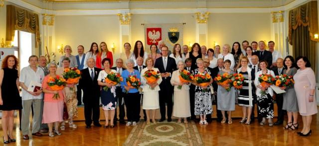 W urokliwych wnętrzach reprezentacyjnej sali Przemyskiej Biblioteki Publicznej odbyła się uroczystość, podczas której aż 11 par z Przemyśla w obecności swoich bliskich, przyjęło z rąk prezydenta Wojciecha Bakuna oraz kierownika Urzędu Stanu Cywilnego Urszuli Golec medale za długoletnie pożycie małżeńskie.   Od wielu lat udowadniają, że prawdziwa miłość, cierpliwość i zaufanie, to najdoskonalsza recepta na to, by w zgodzie i szczęściu przeżyć we dwoje 50, 60, a nawet 65 lat…    Najlepiej wiedzą o tym państwo: Janina i Edward Pantułowie, Henryka i Zbigniew Błońscy, Helena i Andrzej Gruszkowie, Wiesława i Tadeusz Jarochowie, Maria i Władysław Kocyłowie, Irena i Jan Starzakowie, Maria i Tadeusz Szwarniakowie, Halina i Kazimierz Wajdowie, Aleksandra i Jerzy Karabazowie, Stanisława i Kazimierz Pelczarscy oraz Irena i Janusz Matrasowie, którzy 6 czerwca świętowali Złote, Diamentowe i Żelazne Gody.  ZOBACZ TEŻ: Będąc w Przemyślu musisz zobaczyć te miejsca