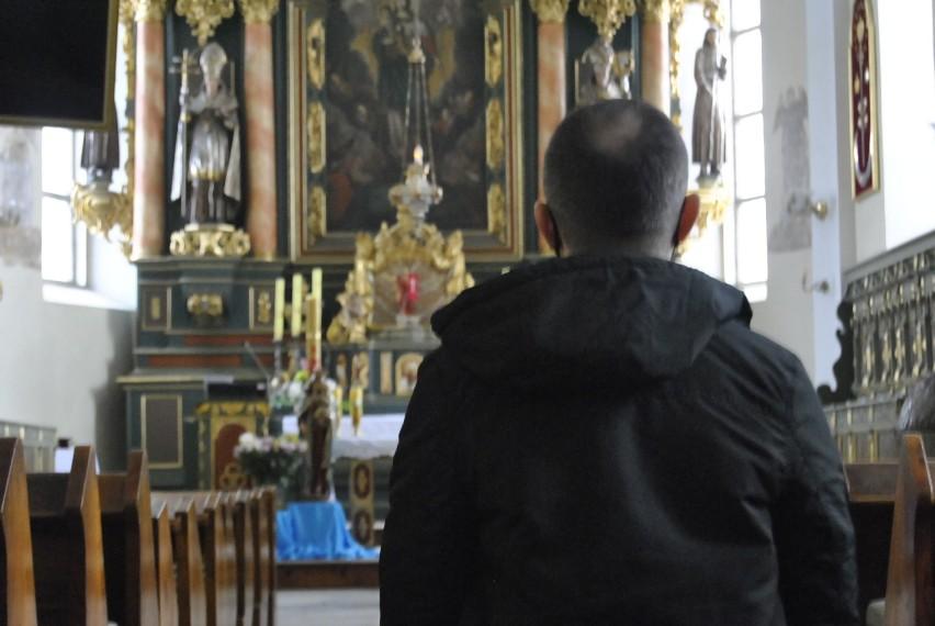 Pan Tomasz w kościele pw. św. Stanisława wciąż się modli....
