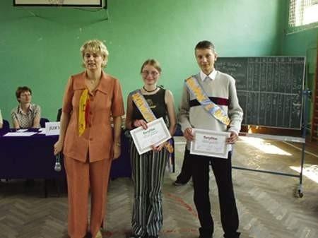 Dyrektor dąbrowskiego Gimnazjum nr 9 Małgorzata Barnowska ze zwycięzcami: Joanną Staszewską i Pawłem Przybyło.