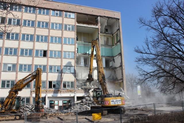 Niszczejący biurowiec Fazosu w Tarnowskich Górach zostanie zburzony. Rozpoczęła się jego rozbiórka. Zobacz kolejne zdjęcia >>>