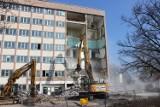Biurowiec Fazosu w Tarnowskich Górach zostanie zburzony. Właśnie rozpoczęła się jego rozbiórka. Zobacz ZDJĘCIA