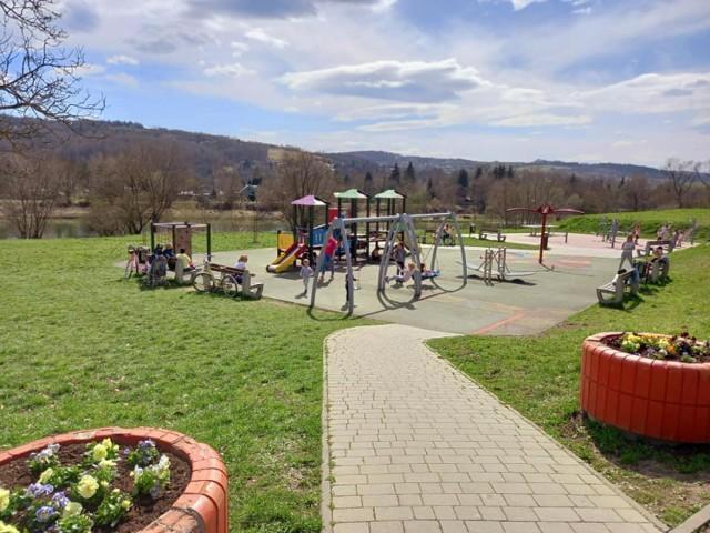 Kolorowo i ekologicznie zrobiło się na placu zabaw na os. Kmiecie w Przemyślu.
