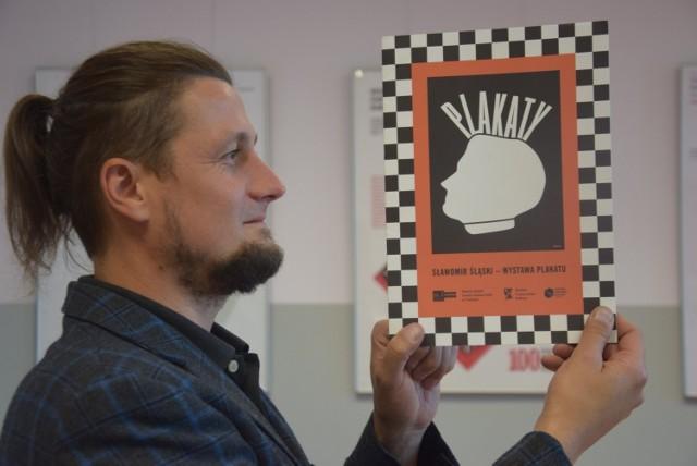 Sławomir Śląski i okładka katalogu do wystawy w ZS 1. Na plakacie - autoportret