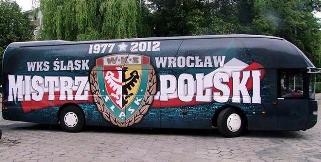 Śląsk Wrocław - Sevilla FC. Transmisja TV online będzie dostępna w internecie. Na zdjęciu autobus byłych mistrzów Polski.