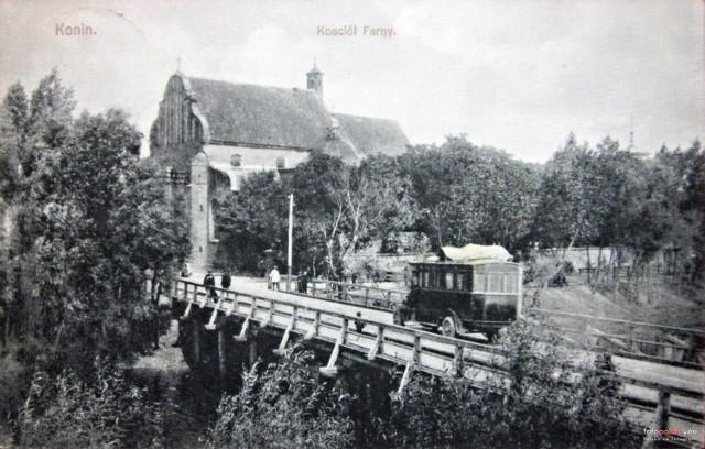 Rok 1915, kościół św. Bartłomieja i pojazd przejeżdżający mostem nad zakopanym dziś kanałem Topiec-Powa