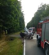 W Lipnicy BMW uderzyło w drzewo, dachowało i się zapaliło. Podejrzany o kierowanie był pijany! [ZDJĘCIA]
