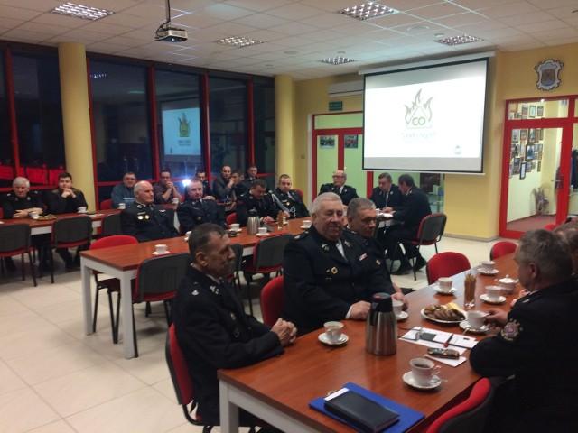 W strażackiej konferencji udział wzięli druhowie z OSP, policjanci, zarządcy nieruchomości, kominiarze. Teraz mają uprzedzać mieszkańców jak unikać zagrożeń