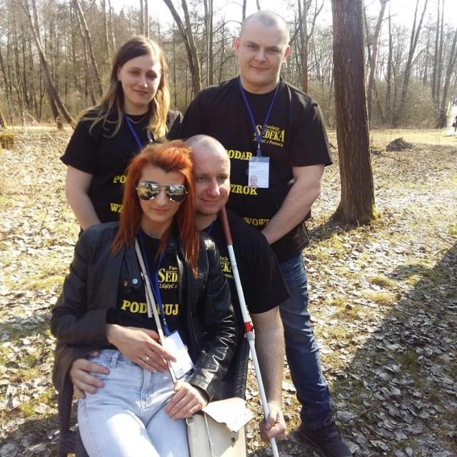 Rozpoczęcie sezonu motocyklowego w Zalesiu było okazją do zorganizowania zbiórki pieniędzy na rzecz pana Czesława (na zdjęciu siedzi z żoną Urszulą). Dostali zgodę organizatorów