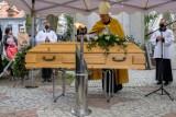 Tarnów. Pogrzeb księdza Stanisława Gurgula. Tarnowianie pożegnali lubianego kapłana. Spoczął na Starym Cmentarzu [ZDJĘCIA]