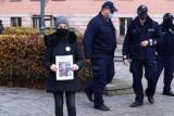 Interwencja policji pod sądem w Opolu. Spacerowali przy nim ludzie wspierający sędziego Igora Tuleyę