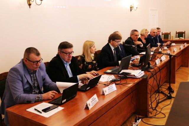 Sesja Rady Powiatu Kaliskiego. Radni o ochronie przeciwpożarowej, szczepieniach i stanie sanitarnym powiatu